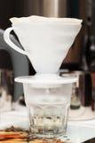 Danandekaffe till och med ett filter Royaltyfri Foto
