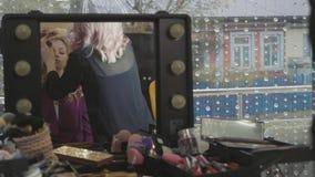 Danandemakeup för yrkesmässig konstnär den unga nätta affärskvinnan stock video