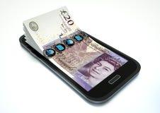 Danandepengar med e-kommers genom att använda smartphonen Royaltyfri Bild
