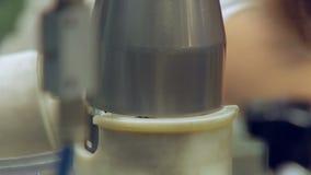 Danandepistong för bilmotor i bilfabrik, manuellt, tätt upp arkivfilmer