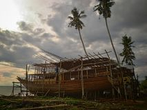Danandet av det traditionella fartyget Phinisi i Tanaberu, södra Sulawesi, Indonesien, Asien Arkivbild