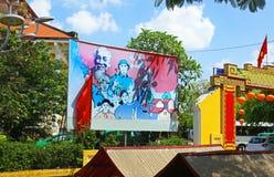 Danang, Βιετνάμ Παλαιός ζωηρόχρωμος πίνακας διαφημίσεων προπαγάνδας επάνω από τα σπίτια Στοκ Φωτογραφίες
