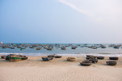 Danang, Вьетнам 15-ое марта:: Въетнамская рыбацкая лодка на моем пляже Khe Стоковые Фото
