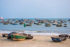 Danang, Vietname o 15 de março:: Barco de pesca vietnamiano em minha praia de Khe Fotos de Stock Royalty Free