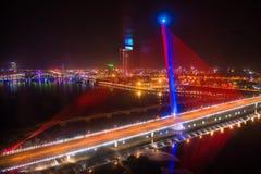 Danang, Vietname o 15 de março:: Iluminação na ponte na noite em Marc Fotografia de Stock Royalty Free