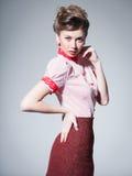 Danar den sexiga kvinnan klädde retro göra en utvikningsbild foren arkivfoton