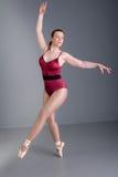 Dançarino de bailado da senhora no pointe Foto de Stock Royalty Free
