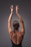 Dançarino moderno bonito novo do estilo que levanta na Fotos de Stock