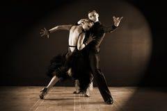 Dançarinos no salão de baile isolado no preto Foto de Stock