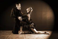 Dançarinos no salão de baile isolado no preto Imagem de Stock