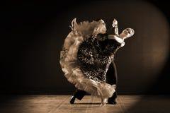 Dançarinos no salão de baile isolado no preto Fotografia de Stock