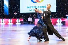 Dançarinos que dançam a dança padrão Imagens de Stock