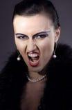 danat aggressivt skrik gör den gammala övre kvinnan royaltyfria foton