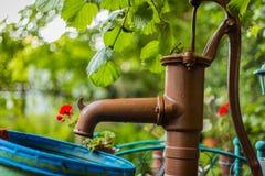 danat gammalt pumpvatten för järn fotografering för bildbyråer