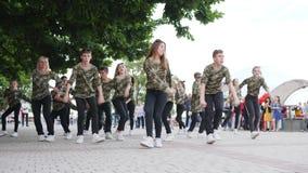 Dance o adolescente feliz da batalha no quadrado, dançando na rua do grupo de moças e de indivíduos, vídeos de arquivo