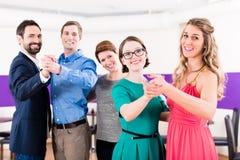 Dance o instrutor com pares alegres na classe de dança Imagem de Stock