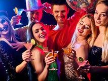 Dance party com os povos do grupo que dançam e a bola do disco Foto de Stock