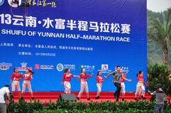 Dance performances. Before the game, led the runners warm up.Half international marathon in fushui county in yunnan province in China, time: on September 25 Stock Photo