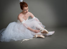 Dancer wears pointes Royalty Free Stock Photography
