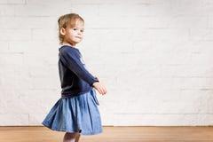 Dancing adorabile della bambina nella stanza Immagine Stock