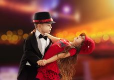 Dancing adorabile della ragazza e del ragazzino Immagini Stock