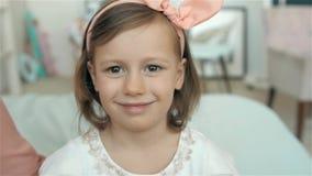 Dancing adorabile e felice della bambina su fondo verde, ritratto sorridente del bambino video d archivio