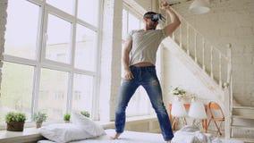Dancing allegro del giovane mentre ottenendo esperienza facendo uso di 360 vetri della cuffia avricolare di VR di realtà virtuale immagine stock libera da diritti