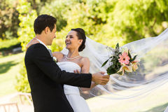 Dancing allegro delle coppie della persona appena sposata nel parco Fotografie Stock Libere da Diritti
