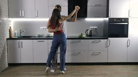 Dancing allegro delle coppie in pigiami in cucina video d archivio