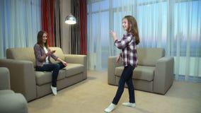 Dancing allegro felice della ragazza di svago della famiglia di divertimento archivi video