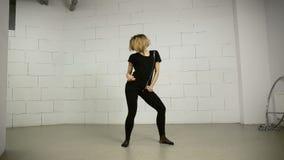 Dancing asiatico della giovane donna nello studio moderno e nella Jazz-musica funky di coreografia di varietà archivi video