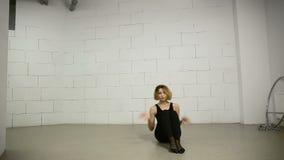 Dancing asiatico della giovane donna nello studio moderno e nella Jazz-musica funky di coreografia di varietà video d archivio