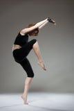 Dancing attraente della giovane donna Immagine Stock