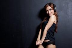 Dancing attraente della ragazza con le cuffie Immagini Stock Libere da Diritti