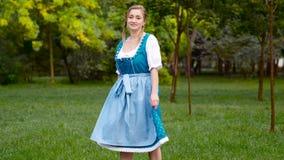 Dancing bavarese della ragazza sul campo di erba archivi video
