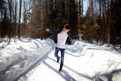 Dancing bello dell'uomo sul fondo della neve Fotografia Stock