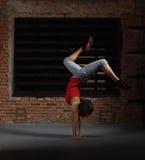 Dancing biondo sorridente della ragazza dei giovani Immagini Stock