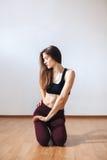 Dancing castana sexy della donna in tacchi alti in un'aula di dancing fotografia stock