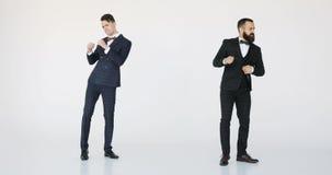 Dancing caucasico felice dell'uomo di affari due giovane riuscito fondo di bianco dei professionisti stock footage