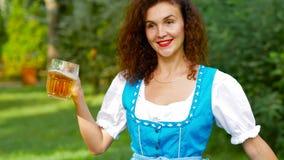 Dancing curvy dei capelli della ragazza bavarese con la birra video d archivio