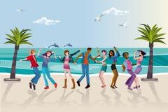 Dancing dei giovani alla spiaggia Immagini Stock