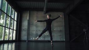 Dancing del ballerino di balletto nello studio Movimento lento video d archivio