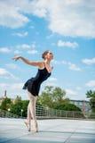 Dancing del danzatore di balletto esterno Fotografia Stock