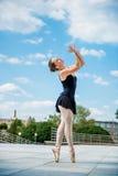 Dancing del danzatore di balletto esterno Fotografie Stock Libere da Diritti
