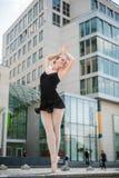 Dancing del danzatore di balletto sulla via Fotografie Stock Libere da Diritti