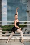 Dancing del danzatore di balletto sulla via Fotografia Stock