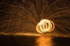 Dancing del fuoco in acqua Fotografie Stock Libere da Diritti