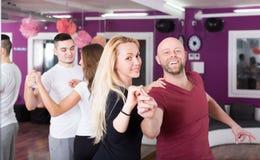 Dancing del gruppo nel club Immagini Stock