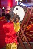 Dancing del tamburo durante il nuovo anno cinese. Immagini Stock