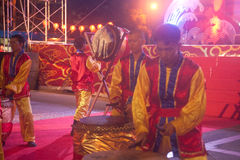 Dancing del tamburo durante il nuovo anno cinese. Fotografie Stock